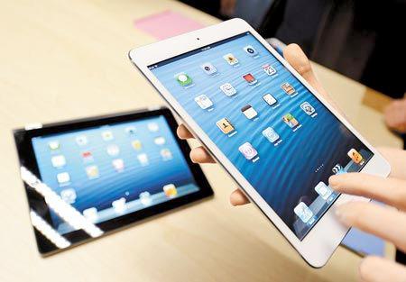 新機出籠,智慧手機、平板掀起市場大戰。據調查,51%的大陸手機用戶每天使用手機App的時間超過1個小時。圖為剛發售的iPad mini。