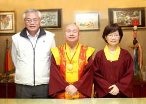 圖左起貴賓陳朝旺秘書長、盧師尊、蓮香師母合影
