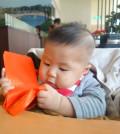 圖為可愛小Baby把玩紅包