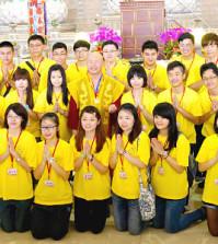 2014年4月26日、27日,在台灣雷藏寺所舉行的首屆「大專超生命活力成長營」,由真佛宗博士教授團授課,精彩成功。圖為盧師尊與活力成長營學員合影。