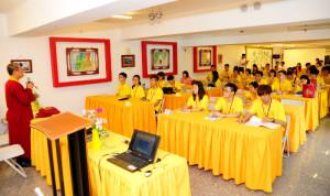 2014年4月26日、27日,在台灣雷藏寺所舉行的首屆「大專超生命活力成長營」,由真佛宗博士教授團授課,精彩成功。圖為蓮花程祖上師上課一景