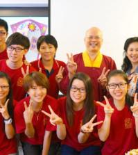 2014年4月26日、27日,在台灣雷藏寺所舉行的首屆「大專超生命活力成長營」,由真佛宗博士教授團授課,精彩成功。圖為蓮寧上師與學員合影