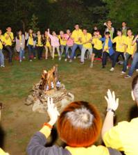 2014年4月26日、27日,在台灣雷藏寺所舉行的首屆「大專超生命活力成長營」,由真佛宗博士教授團授課,精彩成功。圖為慧君上師帶領營火晚會活動