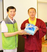 2014年4月26日、27日,在台灣雷藏寺所舉行的首屆「大專超生命活力成長營」,由真佛宗博士教授團授課,精彩成功。圖為頒發小禮物感謝授課的蓮花程祖上師。