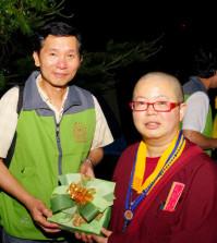 2014年4月26日、27日,在台灣雷藏寺所舉行的首屆「大專超生命活力成長營」,由真佛宗博士教授團授課,精彩成功。圖為頒發小禮物感謝授課的蓮花慧君上師