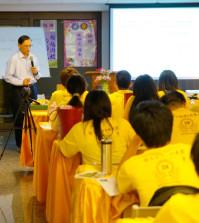 2014年4月26日、27日,在台灣雷藏寺所舉行的首屆「大專超生命活力成長營」,由真佛宗博士教授團授課,精彩成功。圖為朱時宜教授授課一景。