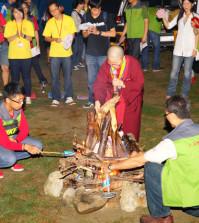 2014年4月26日、27日,在台灣雷藏寺所舉行的首屆「大專超生命活力成長營」,由真佛宗博士教授團授課,精彩成功。圖為慧君上師帶領營火晚會活動一景
