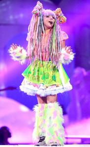 女神卡卡演唱會「雷人」造型驚人