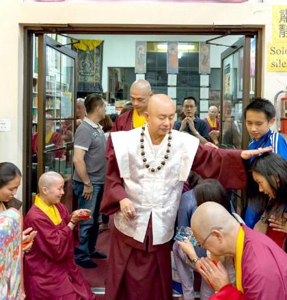 2014年9月13日,蓮生法王主持美國西雅圖雷藏寺觀世音菩薩本尊法同修。圖為師尊摩頂加持弟子。p1022-02-08