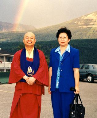 1998年,菩提雷藏寺同門與聖尊同遊洛磯山脈。圖為薛師姐(右)與聖尊合影。聖尊背後昇起一條七彩的彩虹。p1022-12-01a
