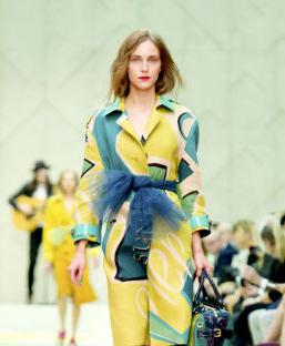 英國倫敦2015春夏時裝週於日前登場,圖為BURBERRY模  特兒展示以各種飽和色彩布料打造的經典風衣。p1022-a3-02a