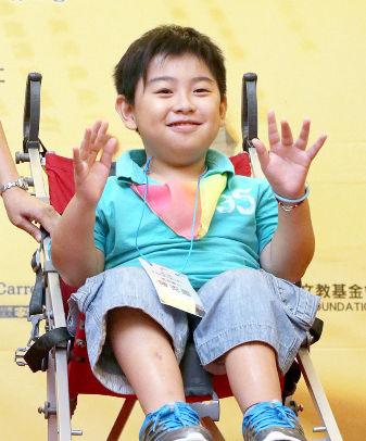 就讀國小五年級的玻璃娃娃阿圖,獲頒「第三屆發現台灣生命小勇士」獎。他宣示未來一定能靠著自己的雙手完成夢想。p1022-a6-03a