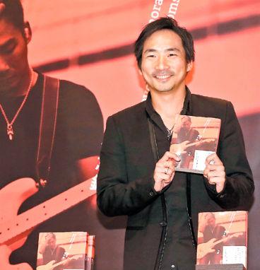 樂團五月天吉他手石頭日前推出攝影圖文創作「末日備忘錄」,隨書附贈創作演唱單曲「真實故事改編」。p1022-a8-08a