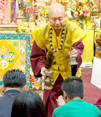 2014年9月20日,蓮生法王主持美國西雅圖雷藏寺週末同修會,同修本尊為地藏王菩薩。圖為盧師尊賜授皈依灌頂。p1023-02-06a