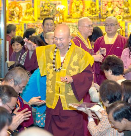 2014年9月20日,蓮生法王主持美國西雅圖雷藏寺週末同修會,同修本尊為地藏王菩薩。圖為蓮生法王慈悲加持弟子。p1023-05-03