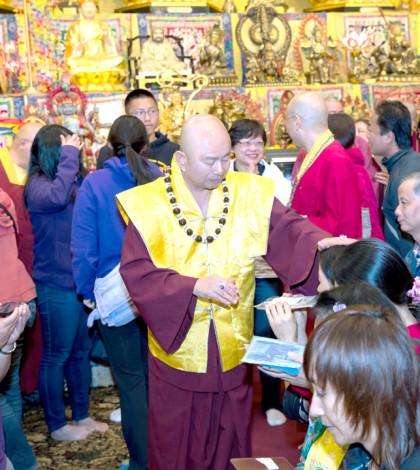 2014年9月27日,當代法王蓮生活佛盧勝彥主持美國西雅圖雷藏寺「準提佛母」同修會。圖為盧師尊摩頂加持弟子。p1024-05-03