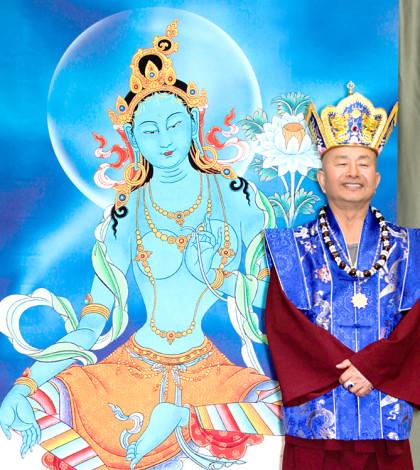 盧師尊釋疑「佛菩薩形相」的問題。圖為盧師尊在求夢示度母法相前留影。p1024-07-02a