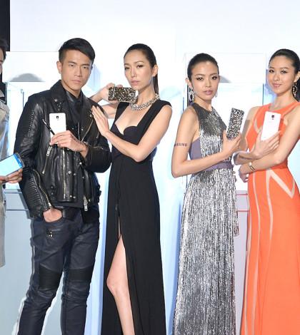 三星旗艦機Galaxy Note 4攜手知名品牌萬寶龍與施華洛世奇合作皮套配件,開拓奢華市場。圖為模特兒展示產品。p1024-a4-06