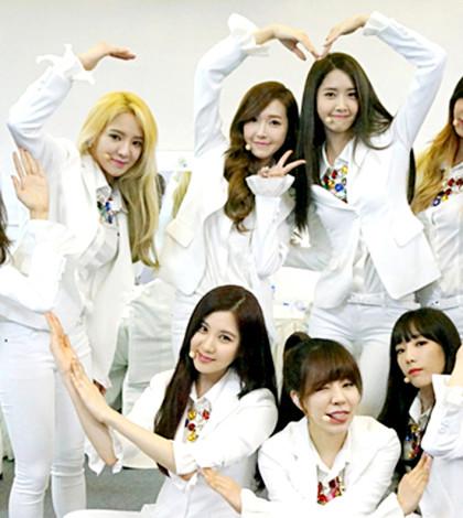 南韓天團少女時代9人組合的歷史鏡頭。後左三為 Jessica(鄭秀妍)。p1024-a8-01