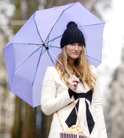 簡單的白色大衣與窄管褲,搭配爆米花盒包款就立刻顯眼起來。黑褲、靴子與毛帽都與大衣上的蝴蝶結互相呼應,完成一身甜美俏皮的秋冬打扮。p1026-a2-02a