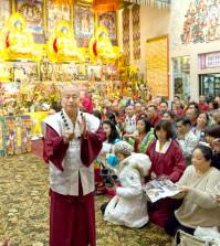 2014年10月18日晚,美國西雅圖雷藏寺恭請法王蓮生活佛盧勝彥主持「蓮花童子本尊法」週末同修會。圖為師尊做總加持。p1027-03-05