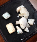 真言雷藏寺萬師姐安詳往生。圖為萬積玉師姐火化後的純白結晶體。p1027-13-02a