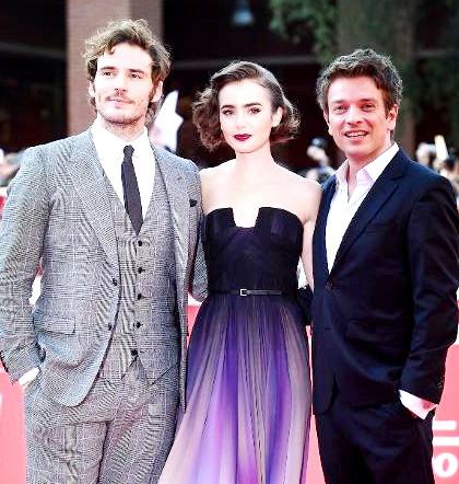 影星莉莉柯林斯出席新片在義大利羅馬的首映,以一身紫色漸層禮服驚艷現場。圖中莉莉柯林斯與其他主角合影。p1027-a2-01a