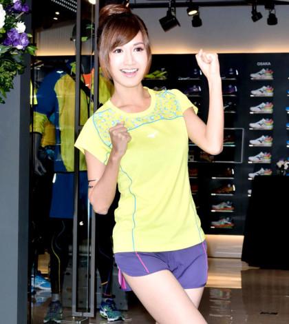 形象好加上外型甜美亮麗的翁滋蔓,剛獲選新一代氣質女神,近期人氣持續攀升的她日前受日本運動品牌旗艦店開幕之邀,擔任剪綵嘉賓。p1027-a6-03a