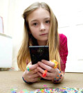 英國一名10歲女孩崔妮蒂用手機上網看影片,學習如何利用滿地的彩色橡圈做出小飾品,但也讓她爸爸收到高達10萬元的帳單。p1028-a3-02a