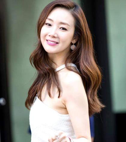 韓星崔智友居家姿態呈現另一種風情;而崔智友在《誘惑》中演出女企業家也展現無限風姿。p1033-a5-01a