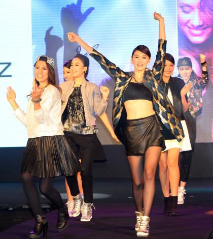 凱渥經紀公司與東京著衣宣布成立時裝新品牌,搶攻網路平價時尚女裝商機。凱渥模特兒日前在台北為新品牌走秀。圖為模特兒走秀。p1034-a4-04