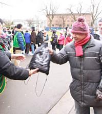2015年1月3日下午二時,溫哥華華光功德會冬令愛心大行動新專案「全年派送熱食助遊民」活動。在奧本海默公園(日本公園)派發熱食、取暖保溫包和愛心背包,給溫市中心東端的遊民。圖為民眾領取華光愛心背包。p1038-14-01
