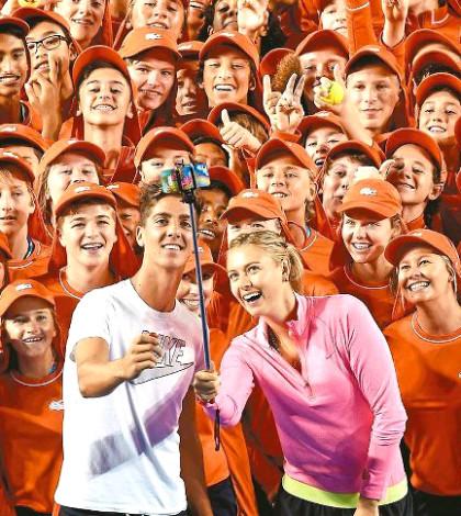 網球明星莎拉波娃(前右)、庫金亞起斯與澳網球僮玩自拍p1040-a4-01