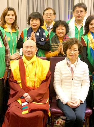 圖為盧師尊、蓮香師母與台灣南區華光功德會人員合影p1044-06-02a