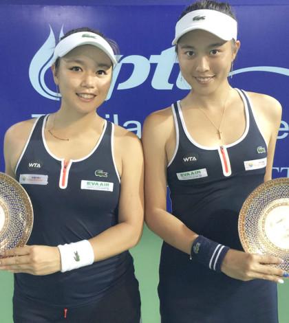 泰國芭達雅女網賽日前上演雙打決賽,台灣姐妹檔詹詠然(左)和詹皓晴(右)以2比6、6比4、10比3擊敗日本選手青山修子和泰國的塔瑪琳(Tamarine Tanasugarn)封后。p1044-a4-01