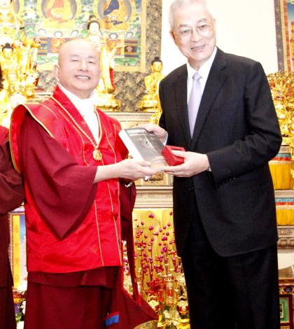 圖為蓮生法王贈送貴賓吳敦義副總統文集著作並合影p1045-01-01