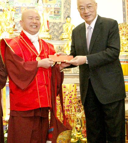圖為貴賓吳副總統供養盧師尊新年紅包p1045-01-04