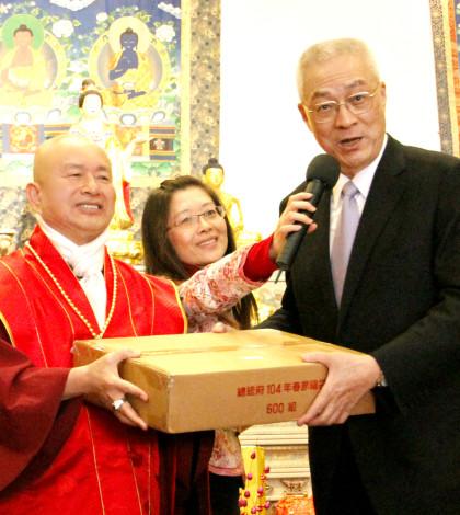 圖為盧師尊代表接受吳敦義副總統所贈送的福袋p1045-06-01