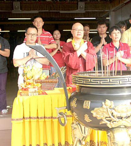 圖為馬來西亞密教總會總會長蓮太金剛上師與拍攝劇組人員主持開鏡儀式p1045-15-01