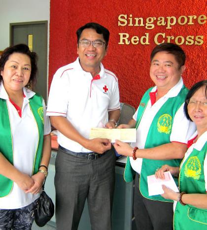 圖為新加坡華光功德會陳建安會長和國際救濟組義工,於4月29日前往新加坡紅十字會,捐助新幣一萬元幫助尼泊爾災民賑災p1056-13-01
