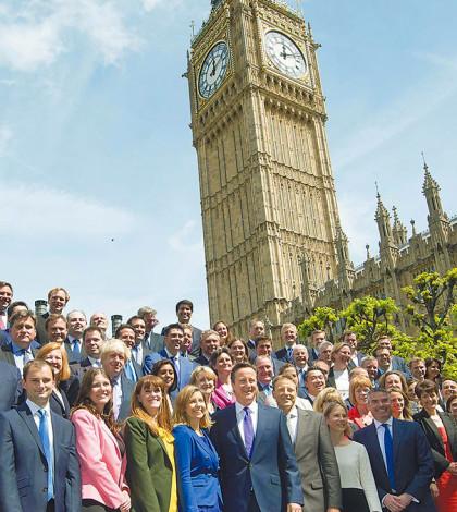 英國首相卡麥隆(中)與執政保守黨新當選的國會議員,日前在首都倫敦市中心西敏宮國會大廈前合影,背景可見西敏宮著名的大笨鐘。卡麥隆當天宣布了新內閣名單,女性閣員占至少1/3。p1056-a4-10