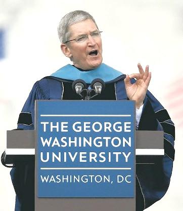 蘋果公司執行長庫克在喬治華盛頓大學畢業典禮演講。p1057-a4-03