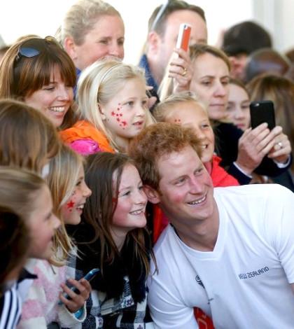 哈利王子(前)日前與紐西蘭的粉絲熱情合照p1057-a4-04