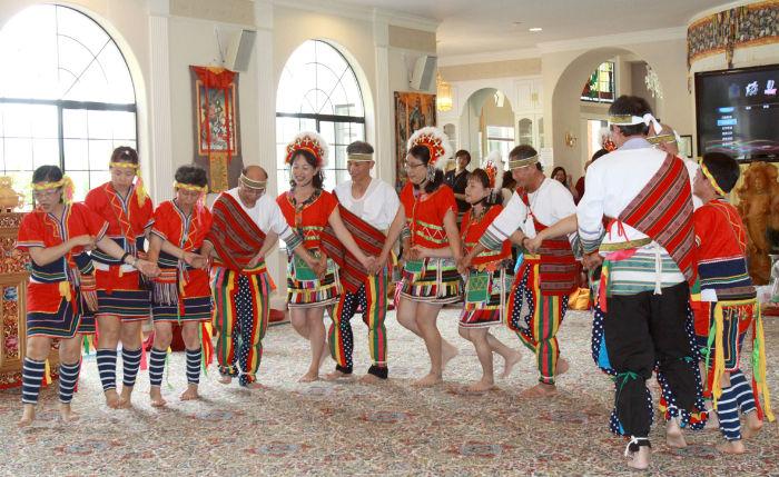 圖為台灣來的善信舞蹈供佛p1059-05-03