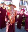 圖為蓮生師佛與弟子在密苑前p1065-07-01