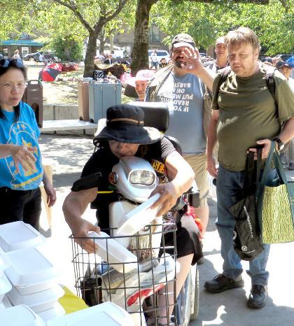 圖為遊民領取溫哥華華光功德會派送的熱食餐盒p1066-13-02
