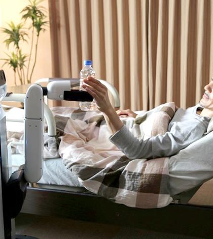 看護機器人照顧病人p1066-a4-06