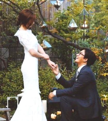 裴勇俊向新娘朴秀珍下跪示愛p1067-a8-01