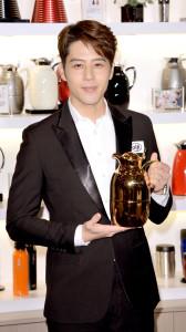 明星胡宇威日前出席德國保溫品牌活動,預計年底將接拍動作片的他,於上個月接受武術訓練。圖為胡宇威展示保溫瓶。p1073-a5-04A