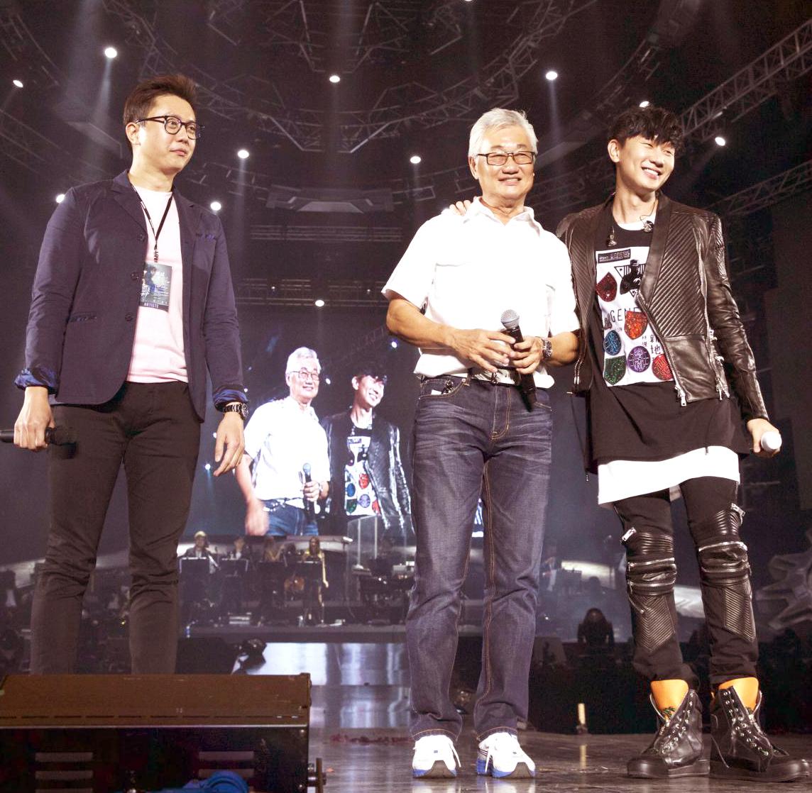 林俊傑與爸爸及哥哥合唱p1073-a8-11